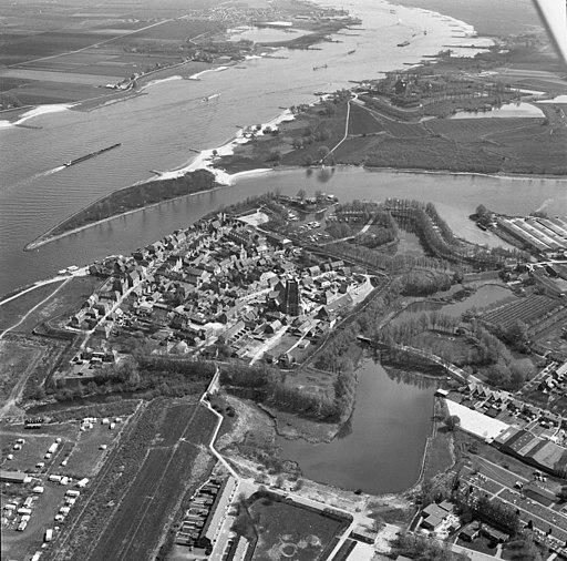 Luchtfoto Woudrichem Nieuwe Hollandse Waterlinie